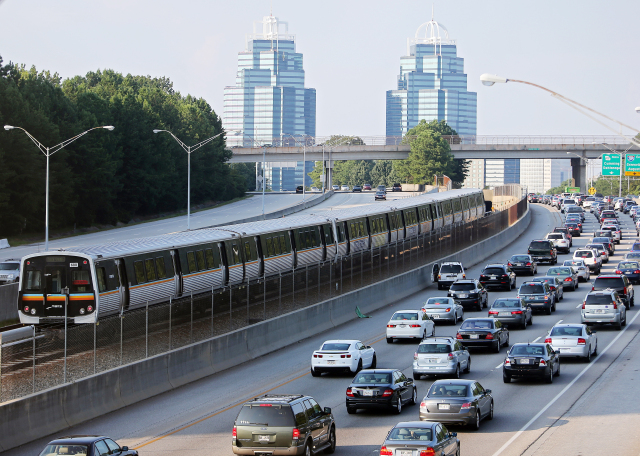 A MARTA train makes its way north past Ga. 400 traffic near Sandy Springs on a typical afternoon rush hour. BEN GRAY / BGRAY@AJC.COM