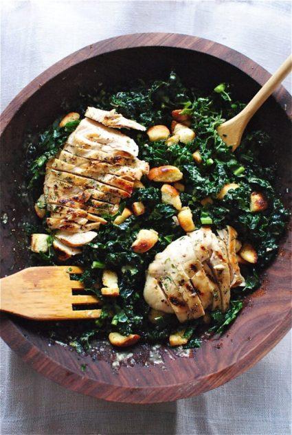 cosa mangio post allenamento HIIT: Insalata di cavolo riccio, pollo e feta