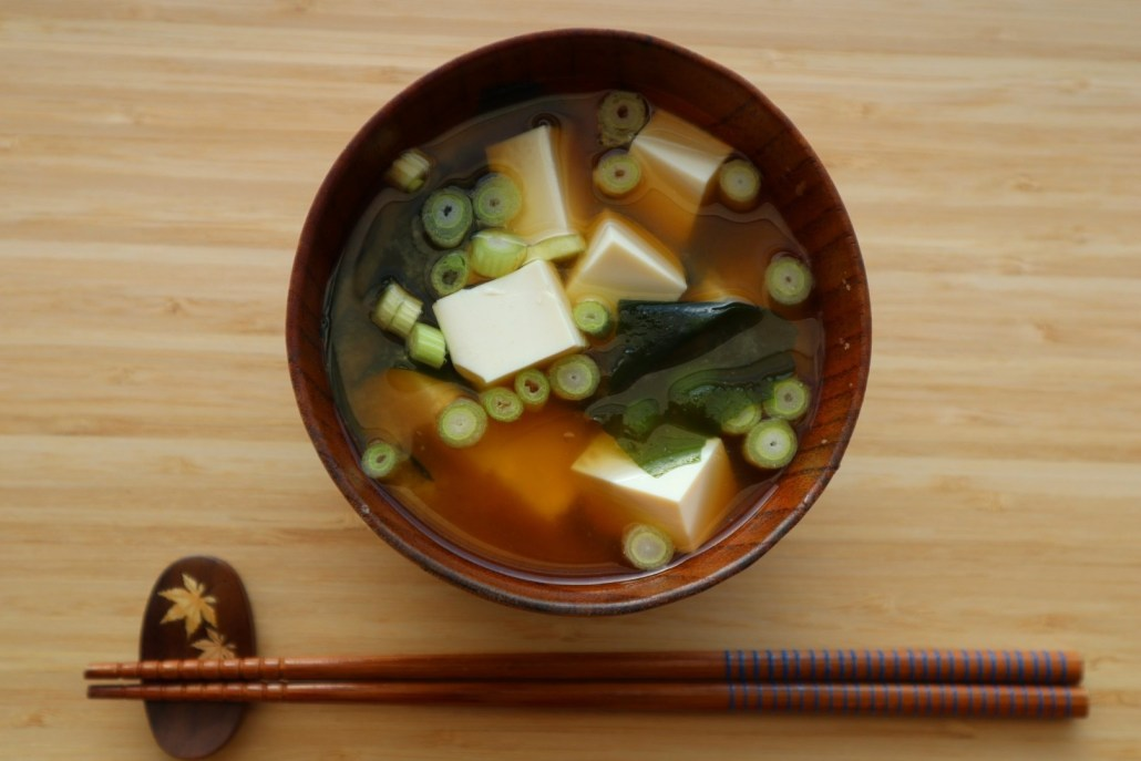 vegan misosoep met wakame en tofu