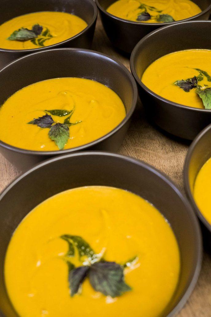 soupe de légumes grillés végétalienne