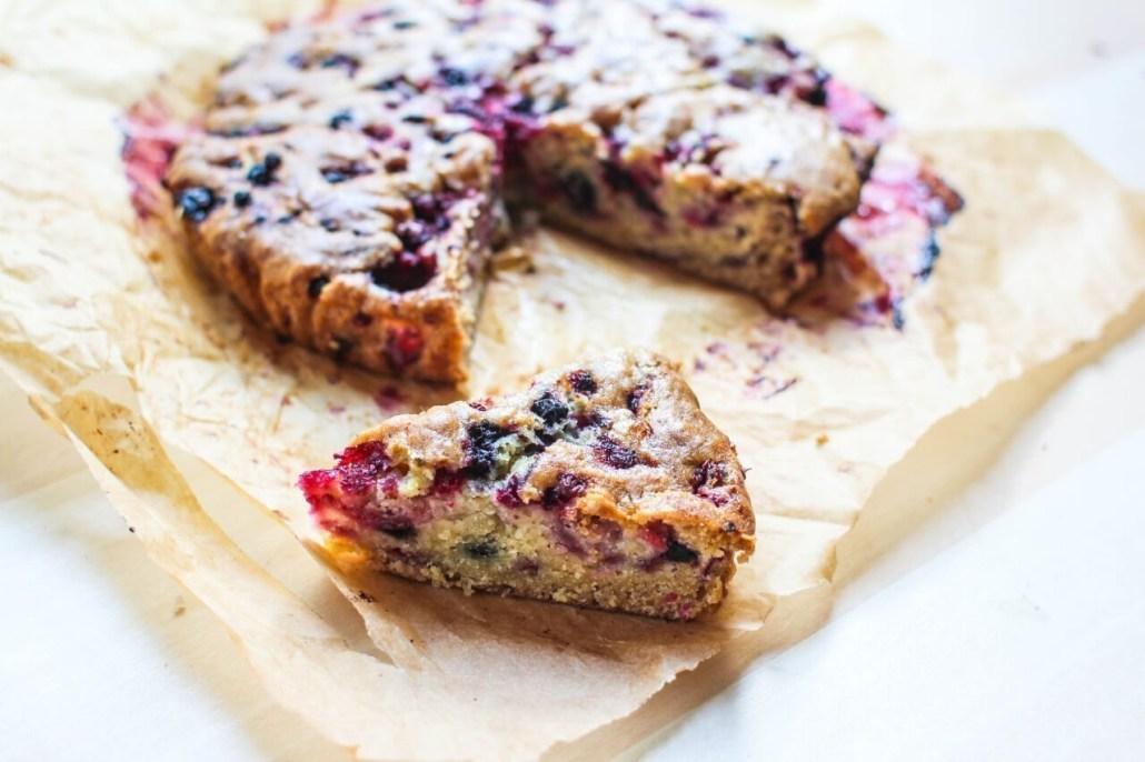 veganistische cake met rood fruit