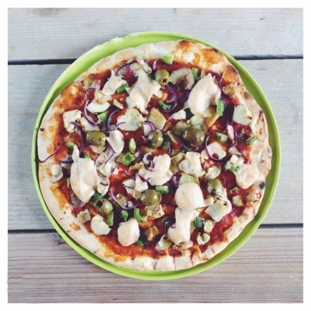 veganistisch recept pizza met groenten en vegan kaas
