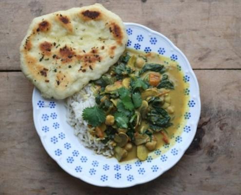 vegan curry met kokos, spinazie en kikkererwten
