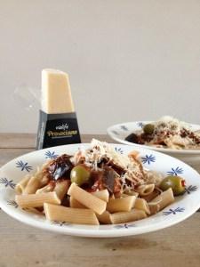 vegan recept italiaanse pasta met aubergine, paprika tomaat en veganistische kaas
