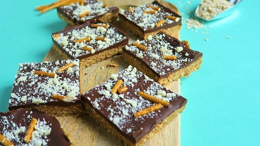veganistische repen met chocolade, karamel en pretzels