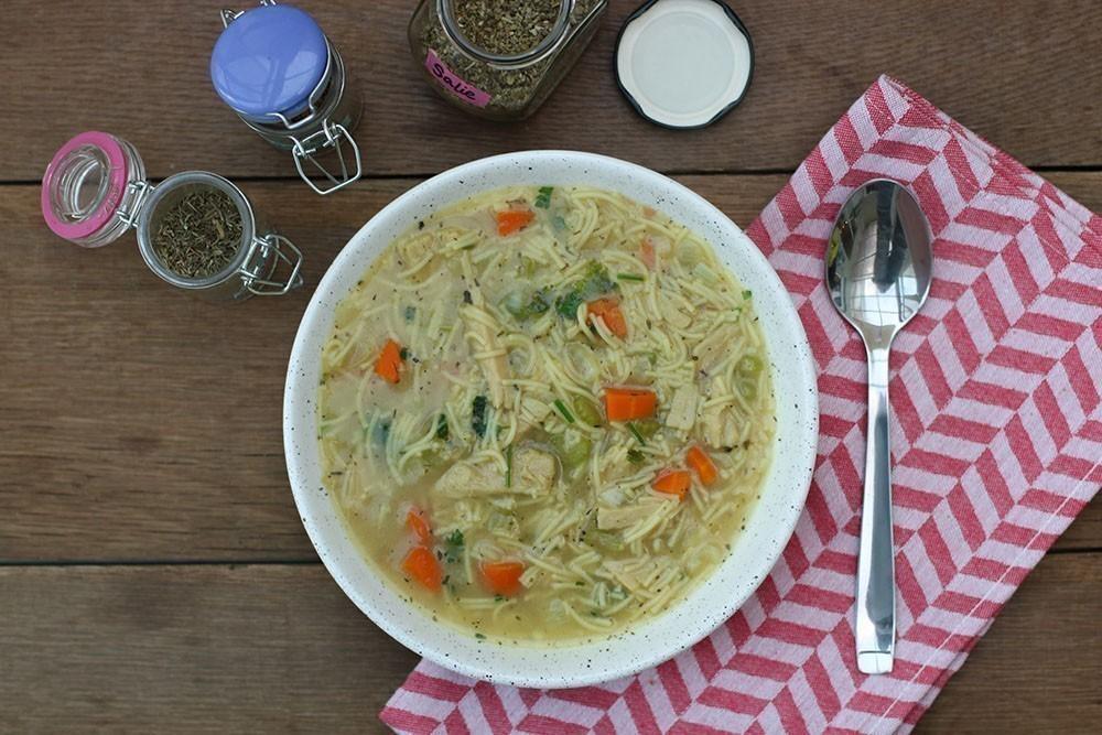 recette végétalienne soupe aux morceaux de poulet végétariens