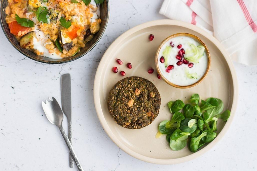 curry végétalien aux lentilles, tomates, aubergines et crème de coco et raita vegan