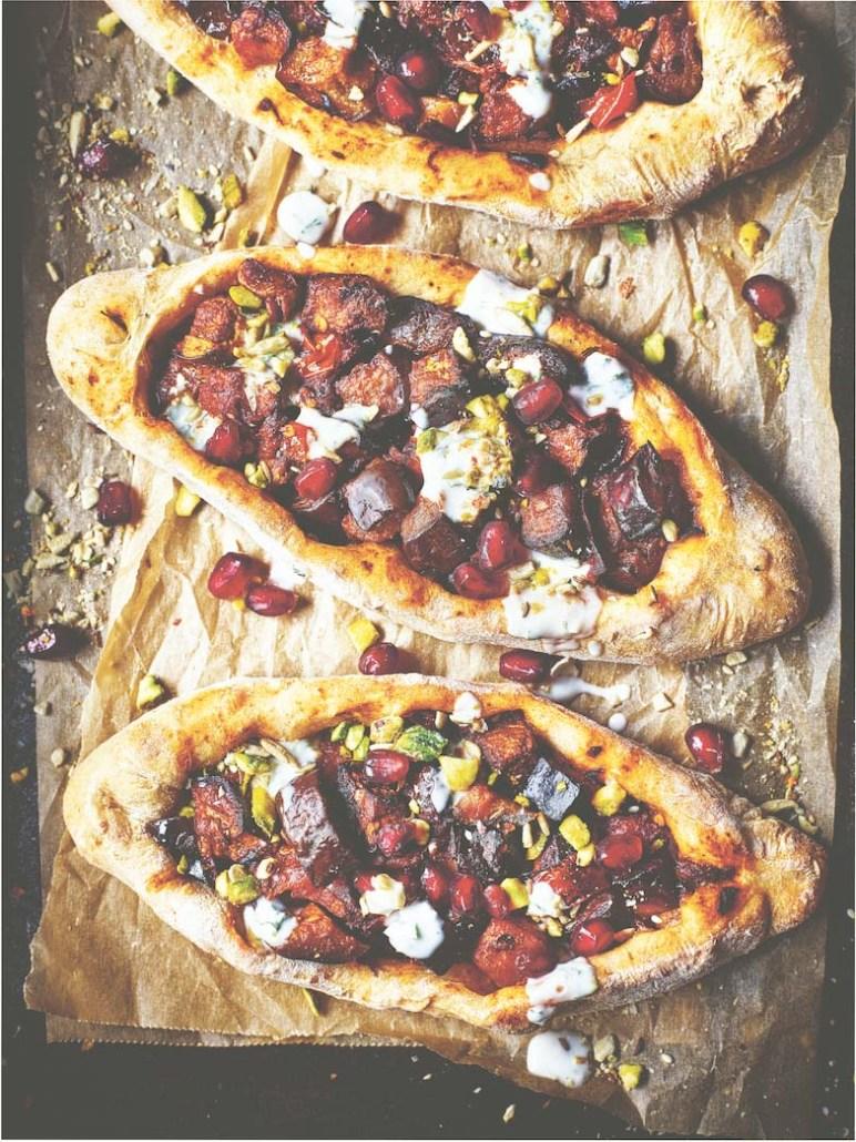 vegan recept turkse pide met aubergine granaatappelpitjes en kokos munt dip