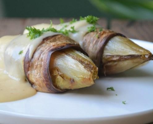 Veganistische witloofrolletjes met ham en kaassaus