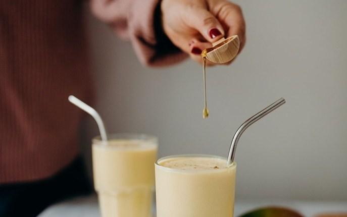 Lassi végétalien à la mangue : un milkshake rafraîchissant pour le dessert