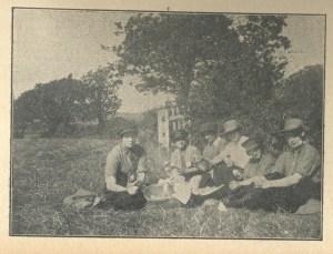 Bexhill Chronicle 7.10.1916 Land Girls enjoying their lunch break