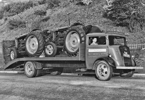 HO-042 - Lorry with 2 Fordson tractors