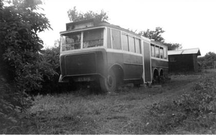 17 DY5119 as mobile home on farm, front view
