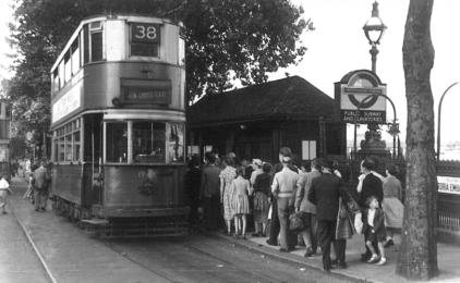 1948 serv 38 to New X Gate loading at Embankment