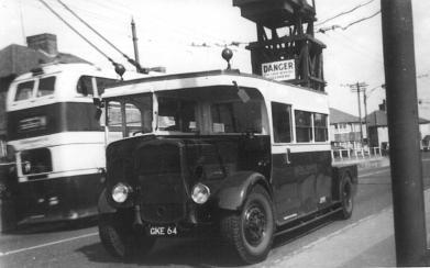 Tower wagon GKE64 ex Chatham & Dist @ Bull Inn 1950s, d-d trolley passing