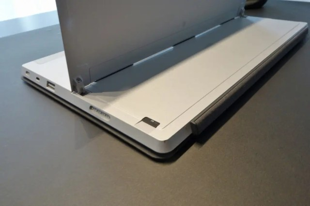 Surface2 MicroSDはキックスタンドの内側にある。角にキズ