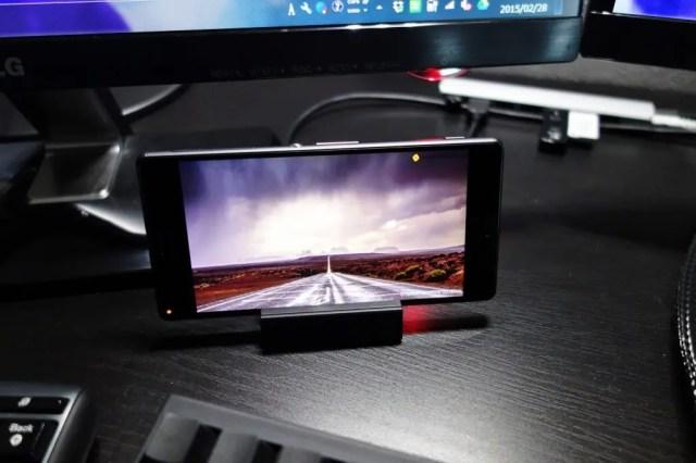 Xperia Z3 SOL26 デスクトップにおいても存在感がある。