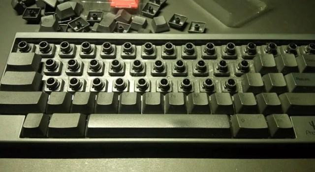 適当に外すと工具が滑ってキートップを傷つけてしまいます。