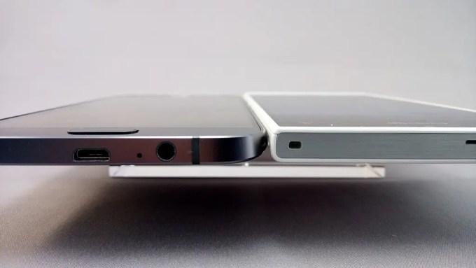 左:Galaxy A8、右:Arrows NX F-02H