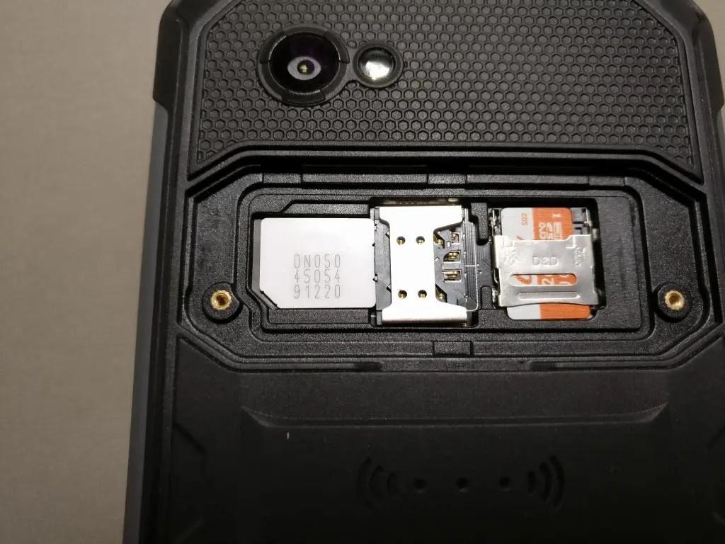 SIMを横にして左から差し込むようにMicroSIM下の段を刺して