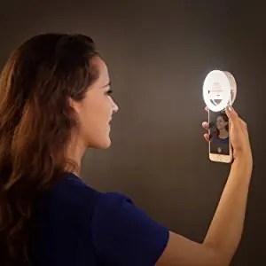 AUKEY LED リングライト 点灯 自撮り モデル