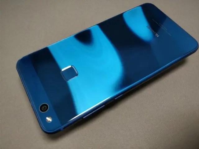 Huawei P10 Lite 裏 斜め ウェーブ