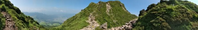 昨日はちょっとおでかけして湯布院のほうまで行ってたので更新できなくてすみません。自分は一人抜け出して久しぶりの登山で由布岳に登ってきました。最近は山に登ってなくエアコン部屋にこもっていましたので、運動不足で上りはゼーゼー、下りは足がガクガクで両足ともに攣っちゃって・・・しばらく動けない(汗)初心者コースの由布岳登山口駐車場から昇ったのに無様な結果になって運動不足すぎ・・・