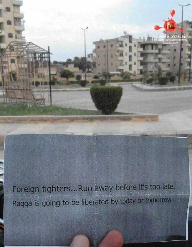 रक़्क़ा में बांटे गए पर्चों में इस्लामिक स्टेट के विदेशी लड़ाकों को शहर छोड़ने की चेतावनी दी गई है.