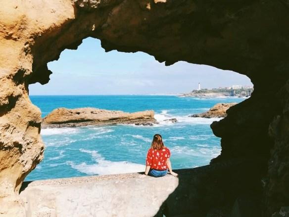 Beyondzewords posant de dos face à l'océan à Biarritz