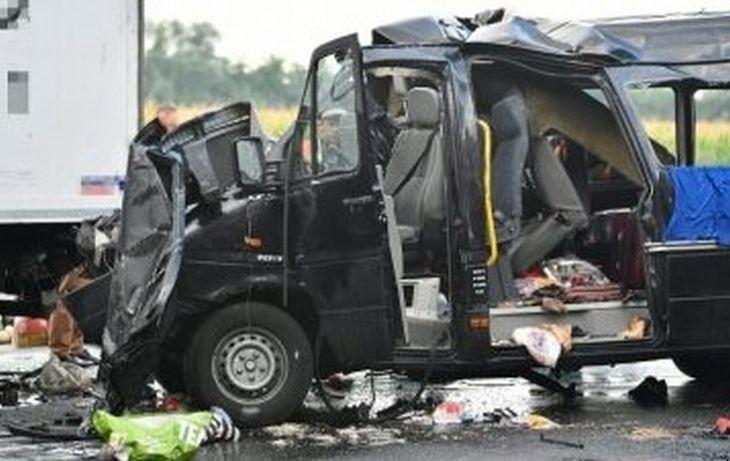 Кървава катастрофа в Унгария! БГ микробус се нацепи в камион – има много загинали нашенци
