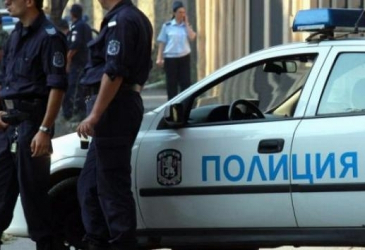 Полицаи нахлуха в морската квартира на двама братя от Бяла Слатина и се хванаха за главите