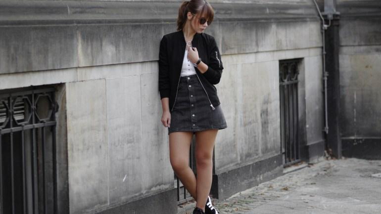 Outfit mit Bomberjacke, schwarzem Jeansrock und Adidas Gazelle