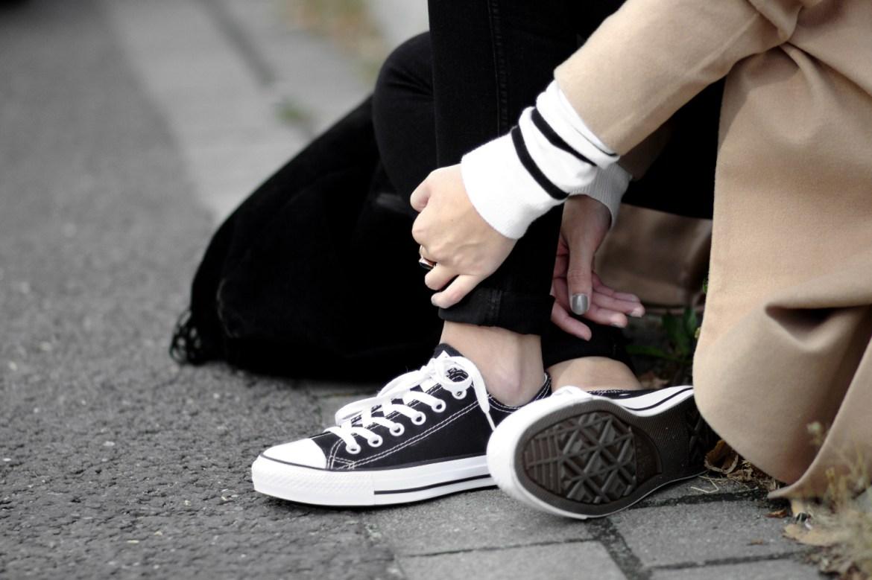Herbst Outfit mit braunem Mantel, Camel Coat, Streifen Pullover, schwarze Converse Sneaker, Converse All Stars, casual Outfit, bezauberndenana.de