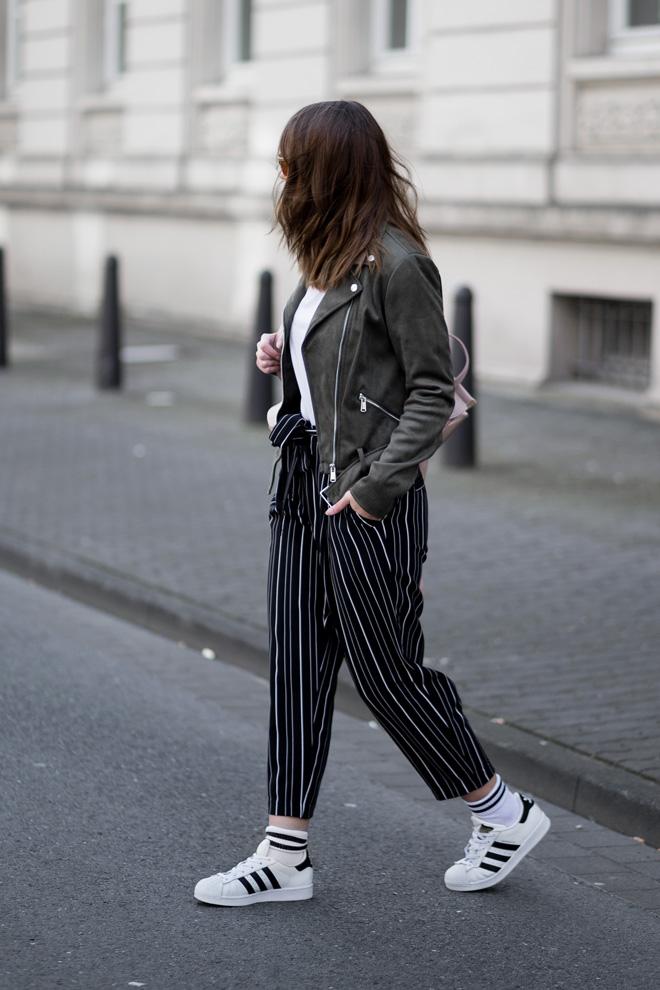 Athleisure Trend, sportliches Outfit mit New Look, gestreifte Hose, Khaki Lederjacke, Adidas Superstars, Rosegoldener Rucksack, Streetstyle, bezauberndenana.de