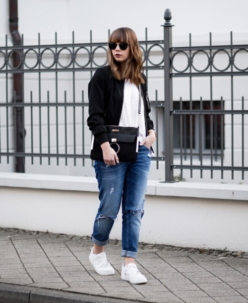 Weißes Shirt kombinieren mit Bomberjacke und Girlfriend Jeans