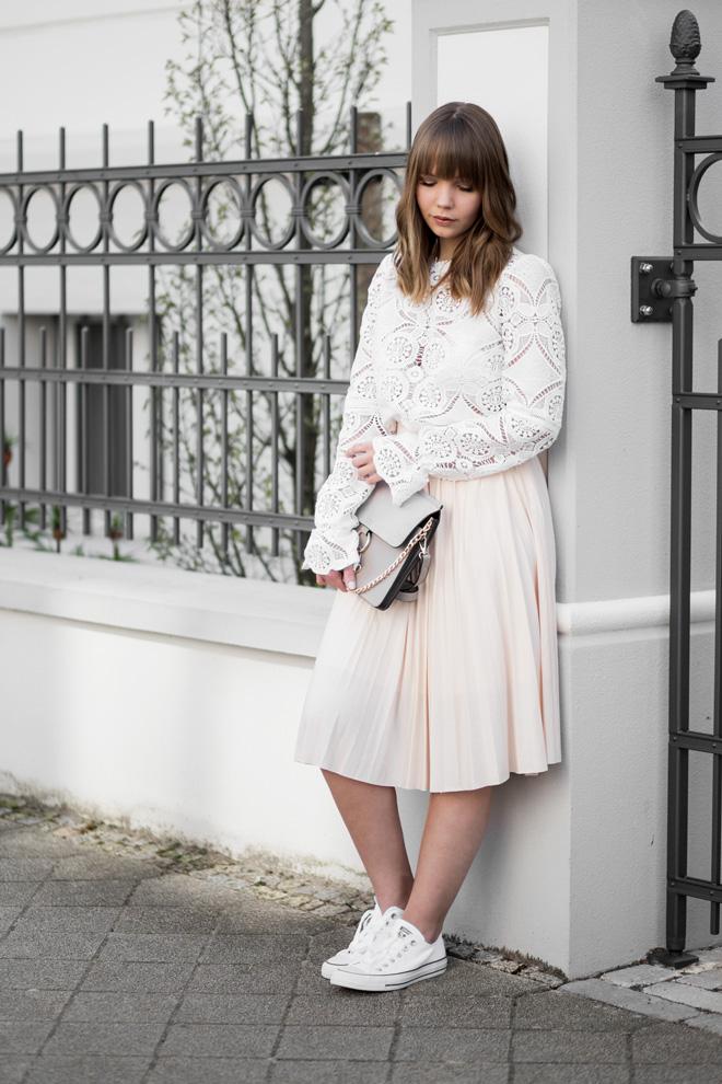Outfit mit Spitzen Bluse von Vila, Rosa Midi Rock von Anna & Ella, weiße Converse Sneaker, About You, Frühlingsoutfit, Chloe Face Bag Lookalike, bezauberndenana.de