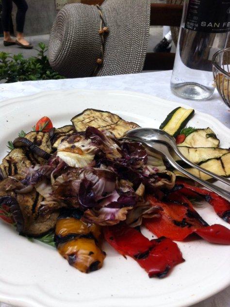 Grande piatto di verdure grigliate