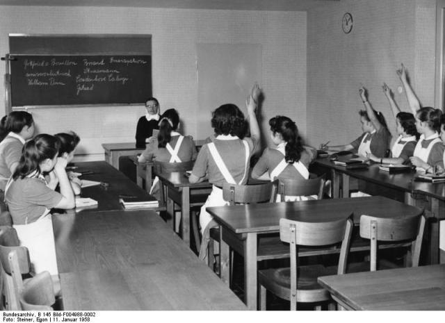 Mädchenwohnheim für pflegerischen Nachwuchs - Pflegeschule-Velbert/Rheinland-Pfalz Unterrichtsraum