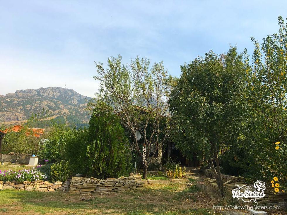 Малката къща в Сливен скрита зад зеленина
