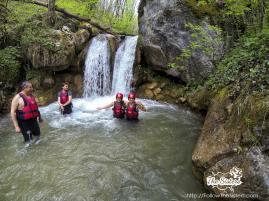 Сестрите под студените води на водопада