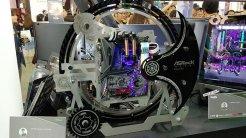 1) Asrock Taichi Ultimate: El motivo de engranajes utilizado por el fabricante Taichi sirve de excusa para crear una carcasa llena de piezas móviles que giran de sincronizadamente alrededor del cuerpo de este ordenador en una carcasa sobra y elegante.