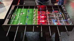6) iGame Tabletop Football: Si eres de los usuarios de PC que solo utiliza su equipo para jugar, este diseño ofrece diversión incluso estando apagado. El terreno de juego, iluminado con LED, sirve también como panel de refrigeración para el ordenador.