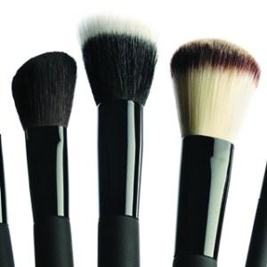 ¿Cada cuánto tiempo debo de limpiar las brochas de maquillaje?