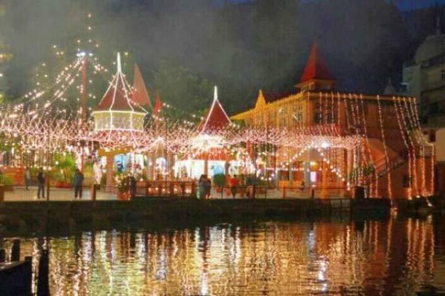 नैनीताल में, नैनी झील के उत्त्तरी किनारे पर नैना देवी मंदिर स्थित है