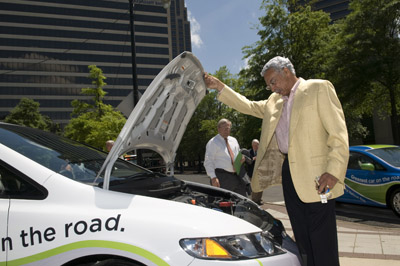 Larry Langford examines new Honda Civic - Alagasco