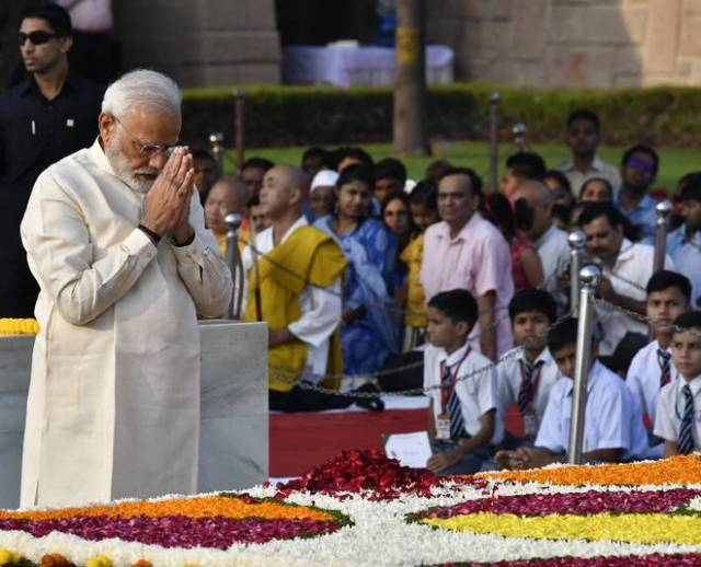 Gandhi and Shastri's birth anniversary today, PM Modi, Sonia and Manmohan Singh paid tribute