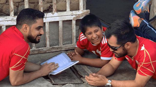 Milionário árabe doa casa a garoto que estudava com luz de poste na rua 3