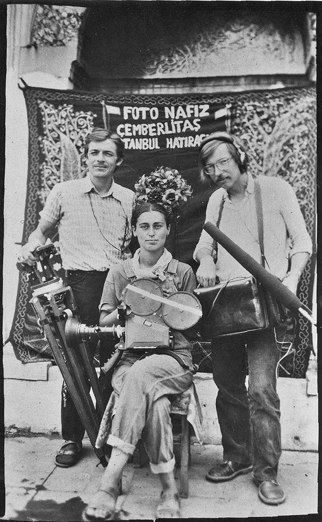 """Merlyn Solakhan'ın Şehir filminin çekiminde (soldan sağa) Martin Manz, Solakhan ve Thomas Belkenhol, 1982 Burak Çevik, """"Merlyn Solakhan'ın Filmlerinin Türkiye Sineması'ndaki Yeri"""""""