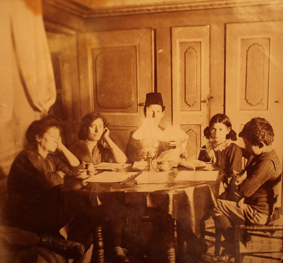 Albukrek ailesi üyeleri, Ulus'ta bulunan Ankara Sinagogu karşısındaki aile konağı, 1920'lerin başı (Viktor Albukrek Arşivi)
