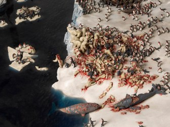 Neşesiz Ayaklar, 2010 Çelik iskeletli vitrin içinde cam elyafı, plastik ve karışık teknik 216 x 171 x 171 cm © Jake ve Dinos Chapman Sanatçıların ve White Cube'un izniyle (detay)